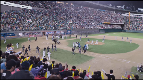 (I'm just using this picture, despite the fact their fight is only a small part of it, to show you that NOBODY HAS LEFT THE STADIUM DESPITE THERE BEING A CRAZY GORILLA ON THE LOOSE)